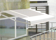 Toldo extensible de color blanco
